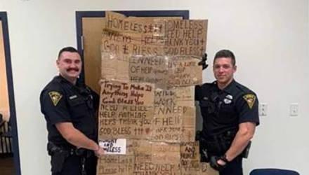Полицейских США осудили за «одеяло» из табличек, отобранных у бездомных