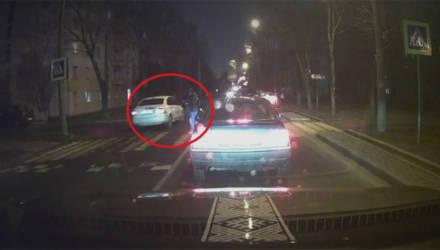 """ГАИ посмотрела видео очевидца и лишила """"прав"""" водителя, не пропустившего пешехода в Минске"""