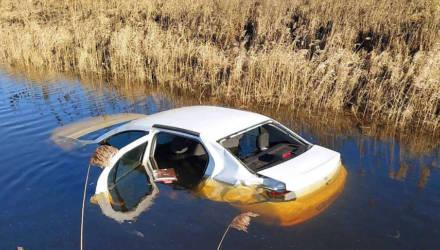 Легковушка опрокинулась в мелиоративный канал в Ивацевичском районе