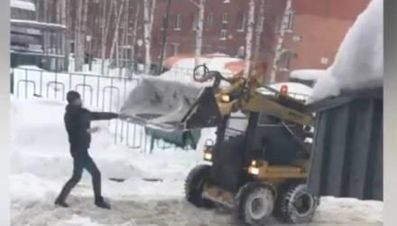 """""""Ну, трактор, погоди"""": в Сети набирает популярность ролик с дракой водителя и снегоуборщика"""