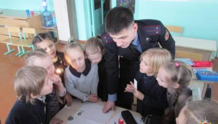 Первоклассникам в Могилёве показали, как вести осмотр места преступления и находить отпечатки пальцев