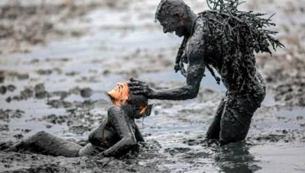 Лучший костюм – его отсутствие: карнавал грязи провели в Бразилии