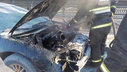 «Из-под капота повалил дым». В Бобруйске загорелся автомобиль