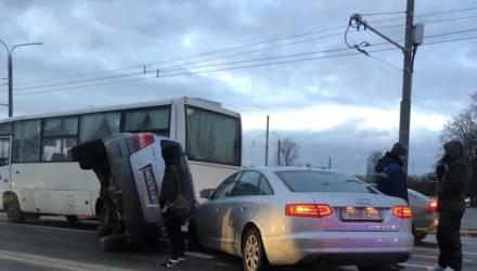 В Могилёве Kia перевернулась и влетела в автобус и Audi. Возможно, виновата скользкая дорога