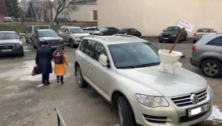 Фотофакт. В Могилёве на капот припаркованного кроссовера водрузили унитаз со странным посланием