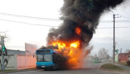 В Бобруйске во время движения загорелся автобус с пассажирами (видео)