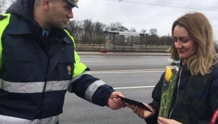 Женщин-водителей поздравили в Могилеве инспекторы ГАИ (фото)