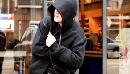 Могилевчанин унес из магазина две куртки, джемпер и брюки, не заплатив