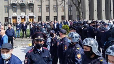Во Владикавказе свыше 1500 человек вышли на стихийный митинг из-за самоизоляции (видео)