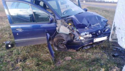 В Шкловском районе Renault врезался в постамент: водитель в реанимации