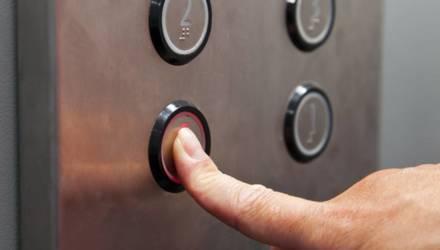 Врач рассказал, сколько коронавирус живет на кнопках лифтов и ручках дверей