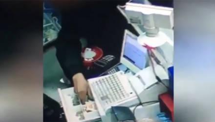В Могилеве мужчина вытащил из кассы магазина деньги (видео)