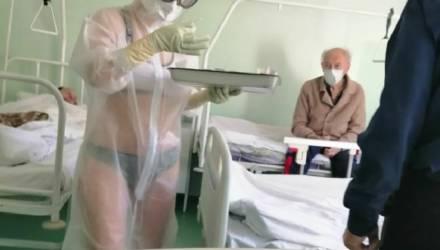 Медсестре, надевшей купальник под прозрачный защитный костюм, сделали замечание