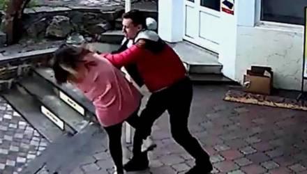 Тренер ММА избил в Крыму продавщицу после просьбы надеть маску (видео)