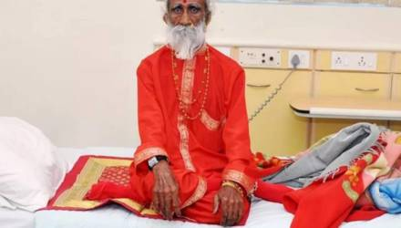 Индийский йог, утверждавший, что 80 лет жил без еды и воды, умер от старости (видео)