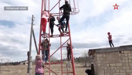 В Пермском крае школьники из-за плохого интернета лазили на вышку для отправки заданий. За это их поставят на учёт