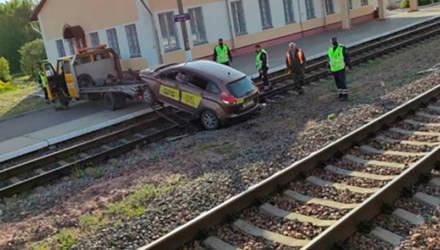 Под Гомелем водитель такси зачем-то ездил по железнодорожным путям