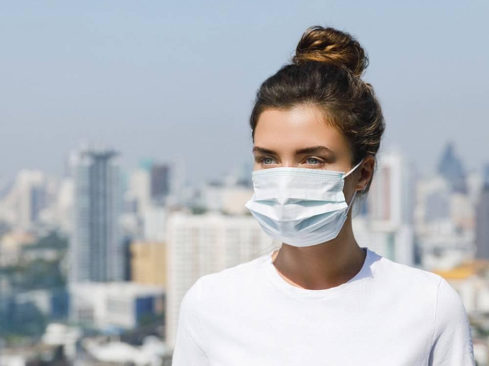 Врач рассказал, кому опасно носить маску