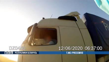 В Хотимске водители фур пытались сбить инспекторов ГАИ: пришлось стрелять по колесам (видео)