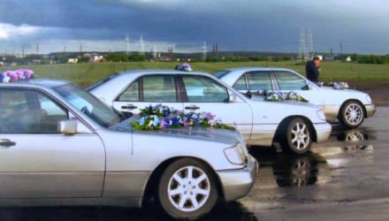 """От исполкомовских """"Волг"""" до лимузинов и ретроавтомобилей. Как менялась свадебная мода в Беларуси"""