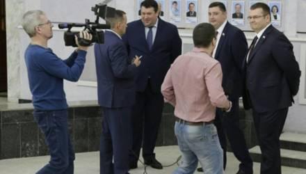 В Саратове депутаты подрались на заседании Думы из-за бутылки воды (видео)