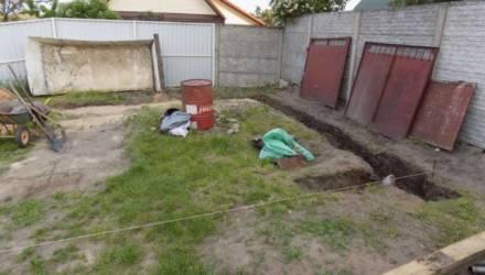 В Бобруйске мужчина копал в собственном дворе — и нашел останки женщины в пакете