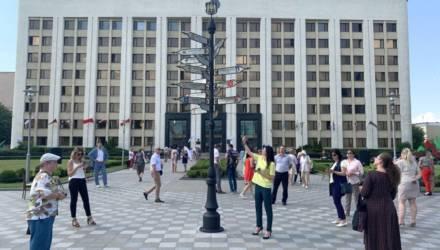 Около администрации Могилева поставили столб с указателями городов-побратимов — «Дрэва сяброўства»