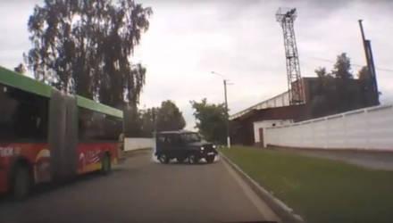 За рулем УАЗа, который в заносе влетел во встречное авто в Бобруйске и уехал, был бесправник