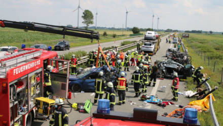 В Германии белорус на автовозе устроил серьёзное ДТП – один погибший, 15 пострадавших