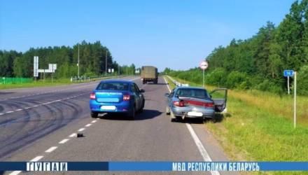 Под Могилевом Renault врезался в Kia, а та вылетела на обочину и сбила женщин