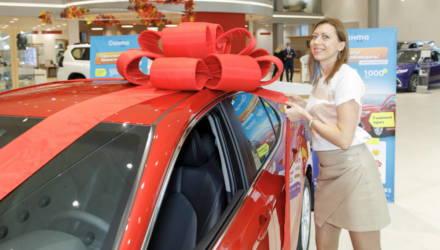 «Санта» подарила своему покупателю автомобиль. Узнали кому и за что
